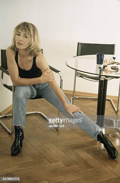 Gundis Zßmbó ShowModeratorin Schauspielerin und Unternehmerin Sie posiert leger gekleidet auf einem Stuhl hat das linke Bein ausgestreckt Aufgenommen...
