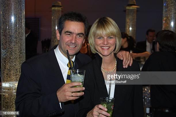 "Gundula Gause , Freund Peter, Aftershow-Party Verleihung ""Deutscher Fernsehpreis 2003"", Köln, , ""Coloneum"", umarmen, Getränk, Party, Long-Drink,..."
