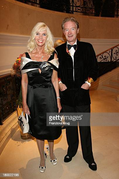 Gunilla Von Bismarck Und Unbekannt Bei Der Internationalen Gala Art For Children Zugunsten Der Organisation Innocence And Danger Am 011006 Im Ritz...