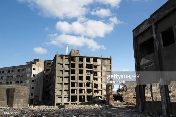 gunkanjima ruins in nagasaki, japan. - escombros fotografías e imágenes de stock
