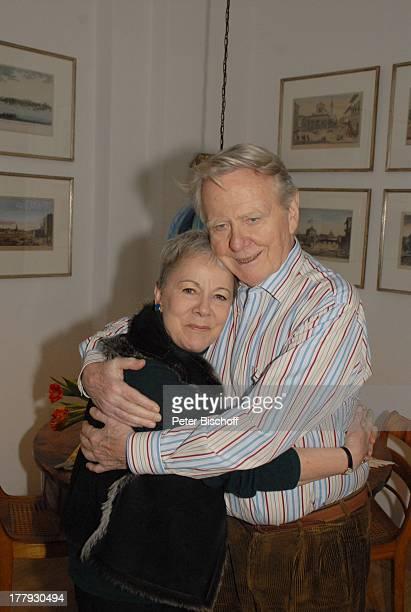 Gunnar Möller, Ehefrau Christiane Hammacher, Homestory, Berlin, Deutschland, Europa, Esszimmer, Ehemann, zärtlich, umarmen, drücken, anlehnen,...