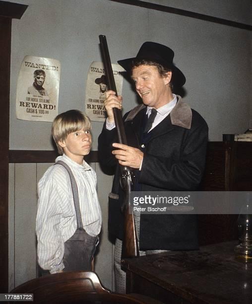 Gunnar Möller Sammy Snyders ZDFSerie Tom Sawyer und Huckleberry Finn Kanada USA Abenteuerfilm Sheriff Kostüm Hut Gewehr zeigen Schauspieler PH/SI