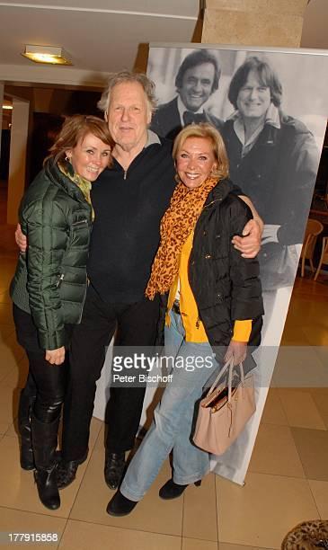 Gunter Gabriel Dorthe Kollo Tochter Nathalie TourneeStart Hello I'm Johnny Cash Glocke Bremen Deutschland Europa Foyer umarmen gratulieren Country...