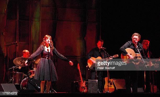 Gunter Gabriel Helen Schneider beim Titel Ring of Fire dahinter Band TourneeStart Hello I'm Johnny Cash Glocke Bremen Deutschland Europa Bühne...