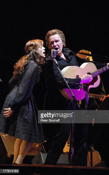 Gunter Gabriel Helen Schneider TourneeStart Hello I'm Johnny Cash Glocke Bremen Deutschland Europa Bühne Auftritt Mikro singen Country and...