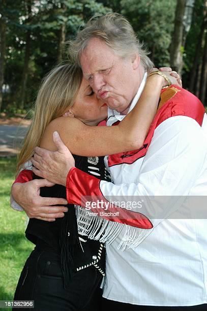 Gunter Gabriel Lebensgefährtin Maria Hilario Truck Store Niebel Schloß HolteStukenbrock Deutschland ProdNr 1113/2006 umarmen Kuss küssen Freundin...