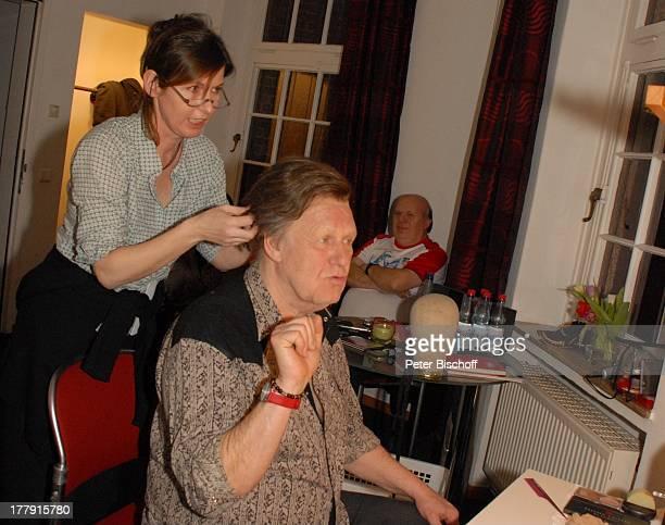 Gunter Gabriel Maskenbildnerin dahinter Fahrer vorm Auftritt TourneeStart Hello I'm Johnny Cash Glocke Bremen Deutschland Europa Garderobe Maske...