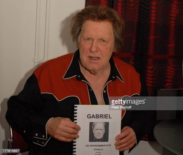 Gunter Gabriel zeigt Drehbuch zum geplanten Kinofilm über seine Wohnzimmertour vorm Auftritt TourneeStart Hello I'm Johnny Cash Glocke Bremen...