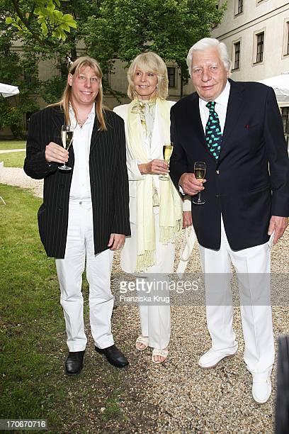 Gunter Sachs Und Ehefrau Mirja Und Sohn Klaus Alexander Halifax Bei Der Eröffnung Der Thurn Und Taxis Schlossfestspiele In Regensburg