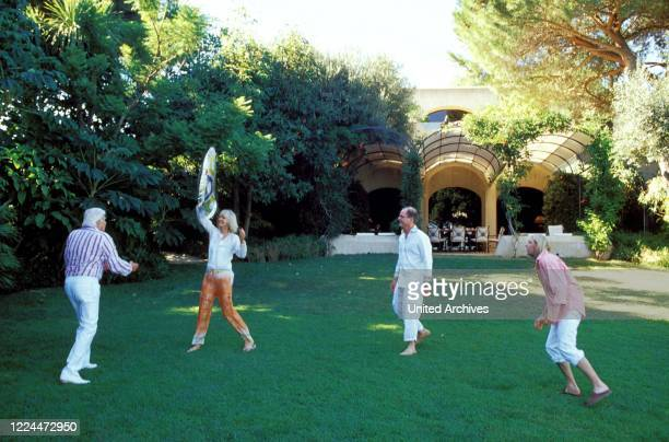 Gunter Sachs with his wife Mirja and the sons Christian Gunnar and Claus Alexander at Sankt Tropez playing the Frisbee, France 2004.