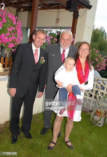 Gunther Emmerlich , Adoptiv-Tochter Karoline Simang mit Baby: Enkelin Leonora Lucia, Bräutigam Sohn Sven Hoep, Hochzeitsfeier Hochzeit Sven und E l k...