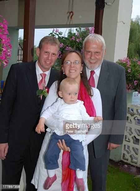 Gunther Emmerlich AdoptivTochter Karoline Simang mit Baby Enkelin Leonora Lucia Bräutigam Sohn Sven Hoep Hochzeitsfeier Hochzeit Sven und E l k e...