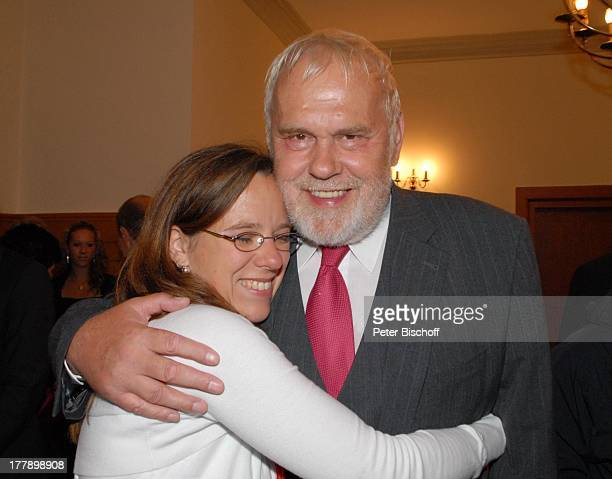 Gunther Emmerlich, Adoptiv-Tochter Karoline Simang, nach standesamtlicher Trauung von unehelichem Sohn S v e n H o e p mit E l k e H o e p,...