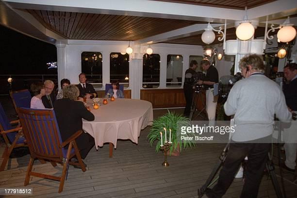 Gunther Emmerlich Bernhard Brink Francine Jordi Monika Martin Hayo Janssen Lisa del Bo Drehteam Stammtisch vor Restaurant Alter Fritz ARDShow...
