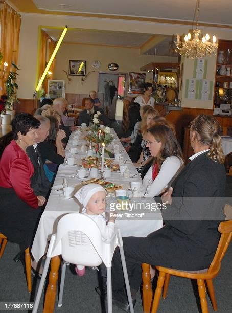 Gunther Emmerlich Brauteltern Wolfgang und Marie Runge gegenüber Karoline Simang mit Ehemann Rico Simang am Kopf deren Tochter Baby Eleonora Lucia...