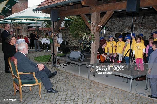 Gunther Emmerlich daneben Ehefrau AnneKathrein Kindergärtnerin Mitglieder vom Spatzenchor Kindergarten Die Schatzinsel Geburtstagsfeier Feier zum...