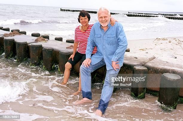 Gunther Emmerlich Ehefrau AnneKathrein Künstlerdorf Ahrenshoop/Ostsee Strand Sand Meer Buhne nasse Hose nass Jeans Wasser Frau