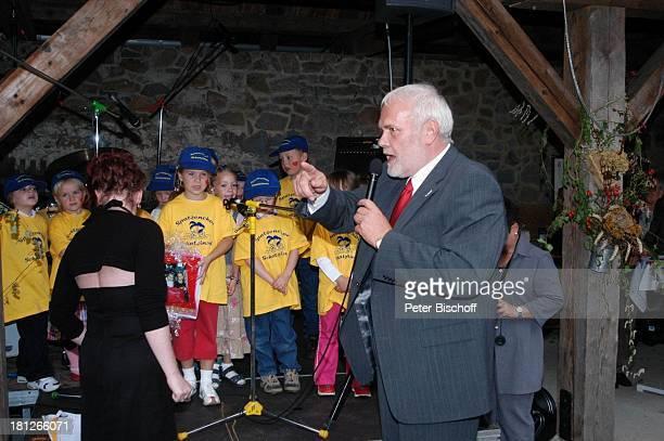 Gunther Emmerlich Kindergärtnerin Mitglieder vom Spatzenchor Kindergarten Die Schatzinsel Geburtstagsfeier Feier zum 60Geburtstag von G u n t h e r E...