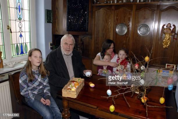 Gunther Emmerlich mit Adoptiv-Tochter Karoline Simang und Töchtern Antonia Luisa , Eleonora Lucia Cecelia und Baby Ophelia-Julia Paola , Homestory,...