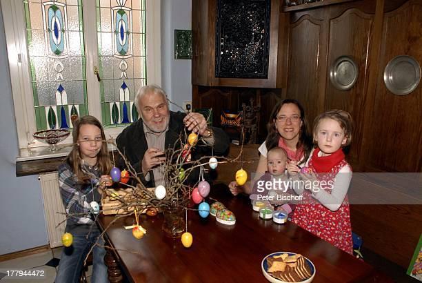 Gunther Emmerlich mit AdoptivTochter Karoline Simang und Töchtern Antonia Luisa Eleonora Lucia Cecelia und Baby OpheliaJulia Paola Homestory Villa...