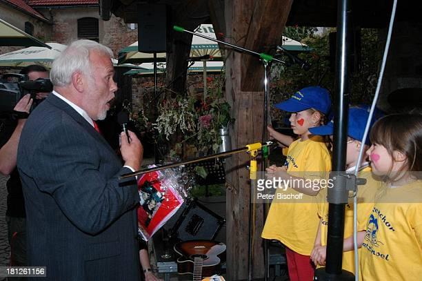 Gunther Emmerlich Mitglieder vom Spatzenchor vom Kindergarten Die Schatzinsel Geburtstagsfeier Feier zum 60Geburtstag von G u n t h e r E m m e r l i...