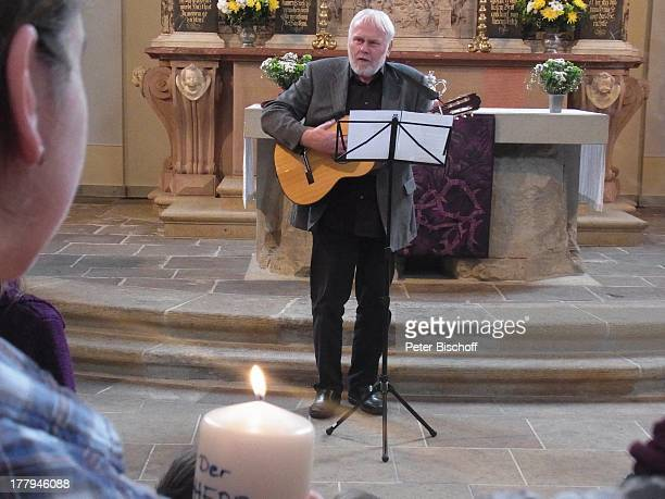 Gunther Emmerlich , Taufe von Enkelin O p h e l i a-J u l i a P a o l a S i m a n g , vor dem Altar, Kirche Dresden-Loschwitz, Sachsen, Deutschland,...