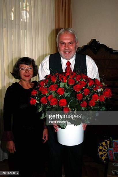Gunther Emmerlich und Ehefrau Anne-Kathrein Emmerlich; mit roten Rosen zum 60. Geburtstag, Homestory, Dresden, Sachsen, Deutschland, Europa,...