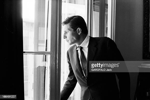 Gunther Sachs Lausanne 3 Septembre 1962 Gunther SACHS riche héritier poasnt à la fenêtre de son bureau chez lui