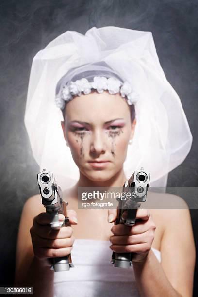 gun-toting moll - mulheres com armas imagens e fotografias de stock