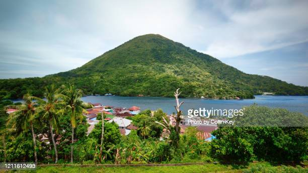 gunung api volcano of the banda islands - collin key stock-fotos und bilder