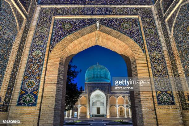 gur amir mausoleum main building seen under the entrancei at the blue hour, samarkand, uzbekistan - oezbekistan stockfoto's en -beelden