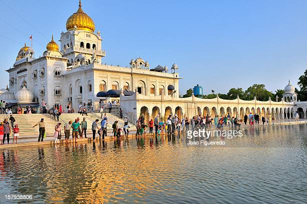 gurdwara bangla sahib - delhi - india - delhi stock pictures, royalty-free photos & images