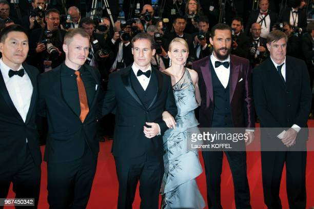 Gus Van Sant, Matthew McConaughey, Naomi Watts et Chris Sparling lors de la montée des marches pour la première du film 'La forêt des songes' durant...