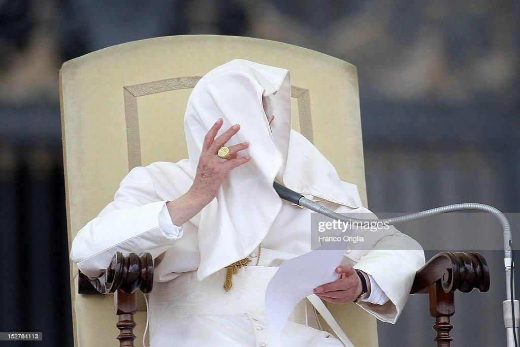 Benedict XVI Holds Weekly Audience : News Photo