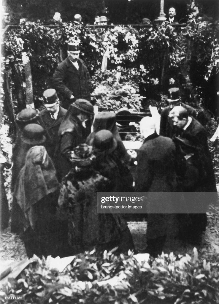 Gustav Klimt´s funeral on February 9th 1918 on the Hietzinger Friedhof. The photo shows: Josef Hoffmann, Berta Zuckerkandl, Anton Hanak, Gustav Nebehay, Ludwig Heinrich Jungnickel, Julius Tandler and in the background, left, Arnold Schoenberg un : Nachrichtenfoto