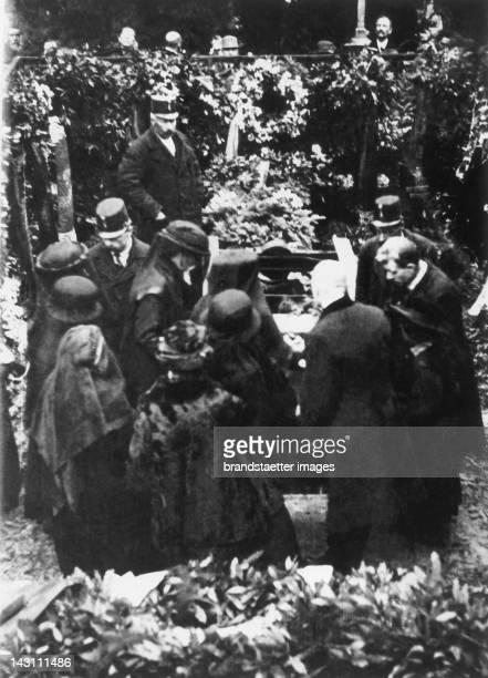 Gustav Klimt´s funeral on February 9th 1918 on the Hietzinger Friedhof The photo shows Josef Hoffmann Berta Zuckerkandl Anton Hanak Gustav Nebehay...