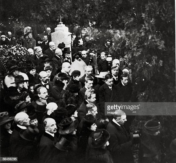 Gustav Klimts funeral on February 9th 1918 on the Hietzinger Friedhof Foto shows Josef Hoffmann Berta Zuckerkandl Anton Hanak Gustav Nebehay Ludwig...