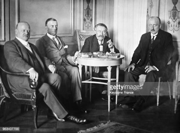 Gustav Stresemann Sir Austen Chamberlain Aristide Briand et Carl von Schubert secrétaire d'Etat aux Affaires étrangères allemand en réunion à la SDN...