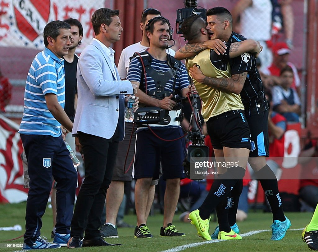 Gustavo Bou of Racing Club celebrates with teammates after scoring the opening goal during a first leg match between Independiente and Racing Club as part of Pre Copa Libertadores Playoff at Libertadores de America Stadium on November 29, 2015 in Avellaneda, Argentina.