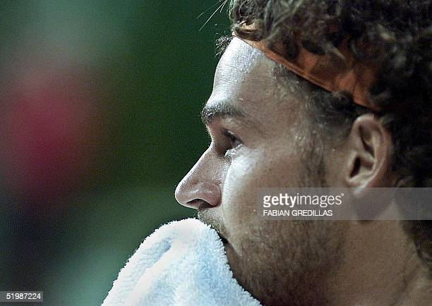 Gustavo Kuerten dries his face during a tennis match in Buenos Aires Argentina 19 February 2002 El brasilero Gustavo Kuerten seca su transpiracion...