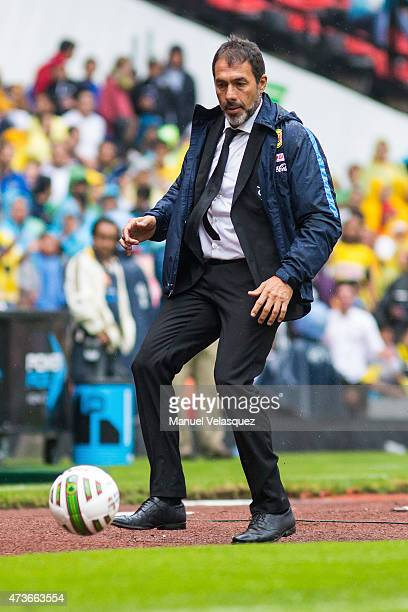 Gustavo Matosas coach of America controls the ball during a quarterfinal second leg match between America and Pachuca as part of Clausura 2015 Liga...