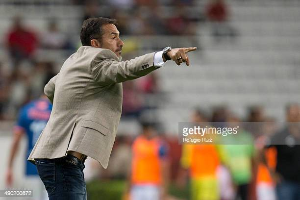 Gustavo Matosas coach of Atlas gives instructions to his players during a 10th round match between Atlas and Veracruz as part of the Apertura 2015...