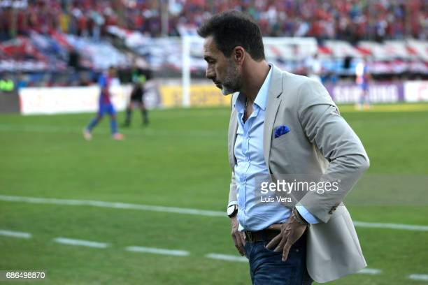 Gustavo Matosas coach of Cerro Porteño looks on during a match between Olimpia and Cerro Porteño as part of the 17th round of Torneo Apertura 2017 at...