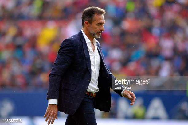 Gustavo Matosas head coach of San Luis looks on during the 14th round match between Atletico San Luis and Queretaro as part of the Torneo Apertura...