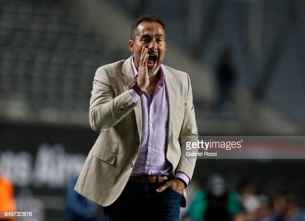 Gustavo Matosas of Estudiantes gives instructions to his players during the second leg match between Estudiantes and Nacional as part of round of 16...