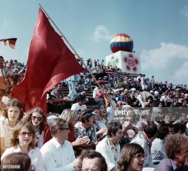 Gut besucht ist das Stadion der Weltjugend zur feierlichen Eröffnung der X. Weltfestspiele der Jugend und Studenten in Berlin am . Die Veranstaltung...