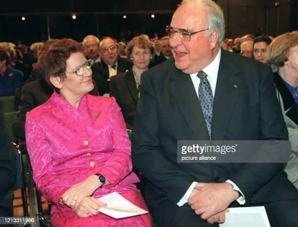 Gut gelaunt unterhalten sich Bundestagspräsidentin Rita Süssmuth und Bundeskanzler Helmut Kohl beim Empfang der CDU zum 60 Geburtstag der Politikerin...
