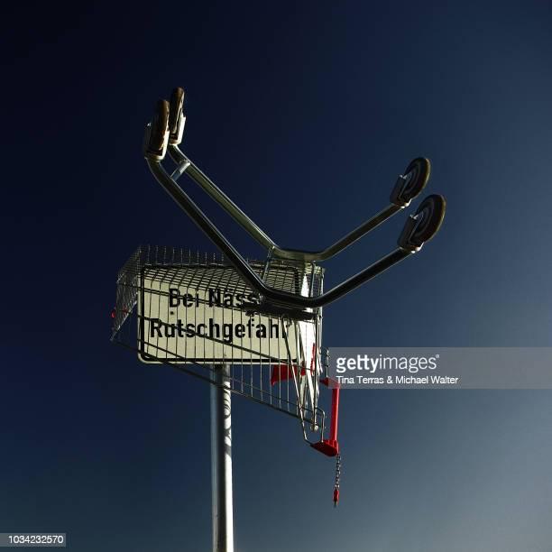 guten rutsch zu silvester - shopping cart on new year's eve - irony stockfoto's en -beelden