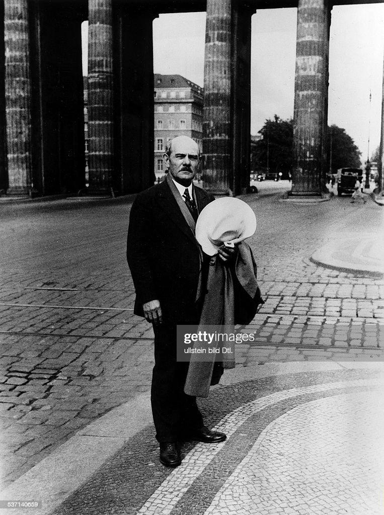 Gutzon Borglum, artist, sculptor. Portrait at the Brandenburg Gate in Berlin, 1931 : News Photo