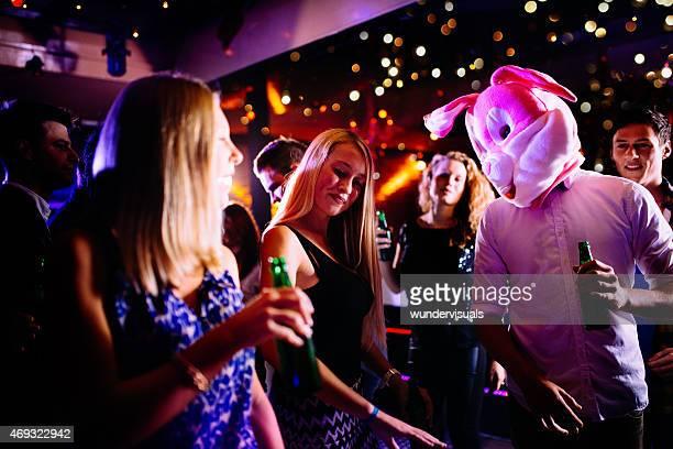 Guy und bunny auf party club nächsten Junge Frau Tanzen